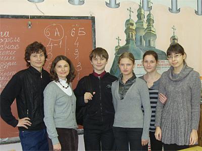 Старшеклассники 3-ей школы с директором Пущинской воскресной школы Захаровой Л.А.