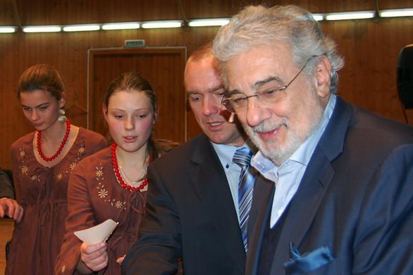 Пущинские хористы берут автографы у Хосе Каррераса и Пласидо Доминго