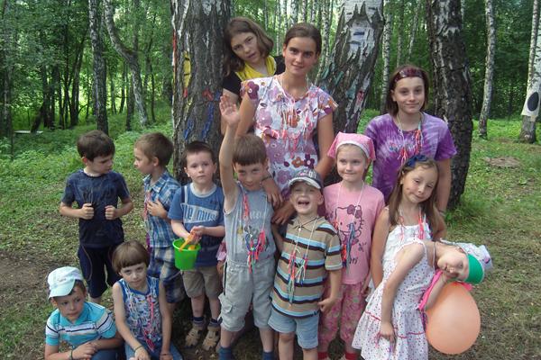 Вожатые Аля, Аня и Маша со своими маленькими воспитанниками, 5-й отряд