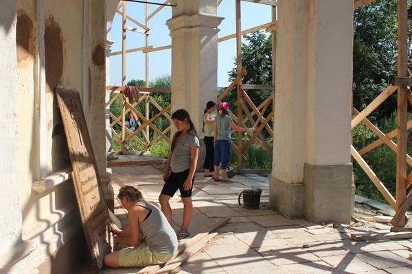 Уборка храмовой территории
