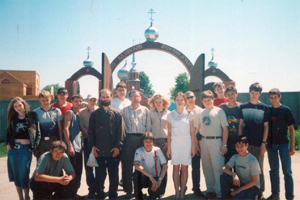 Тульские 9-классники у ворот святой обители Казанского монастыря в селе Колюпаново