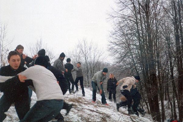 """На снежных горках Колюпаново гимназисты 9 классов вместе с учителем играют """"в царя горы"""""""