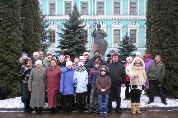 Учащиеся школы № 38 г. Тулы в Свято-Даниловом монастыре у памятника св. князю Владимиру Крестителю