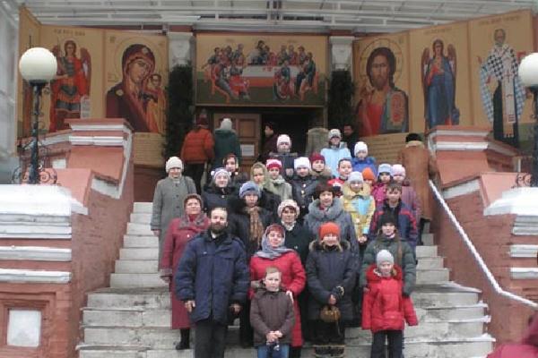 Учащиеся гимназии № 20 г. Тулы перед входом в большой собор Донского монастыря