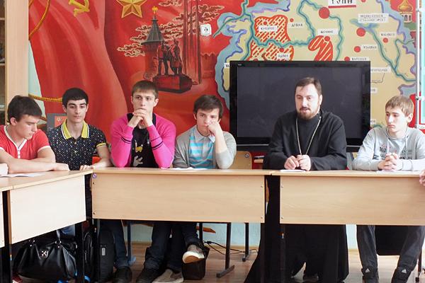Дискуссионный клуб в школьном музее МБОУСОШ №16 с участием священника храма святителя Николая на Ржавце г. Тула отца Владимира