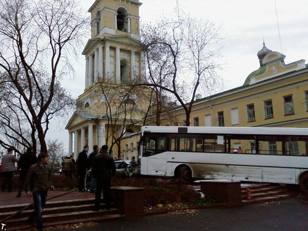 Пермский автобус остановился на соборной площади перед памятником свт. Николаю