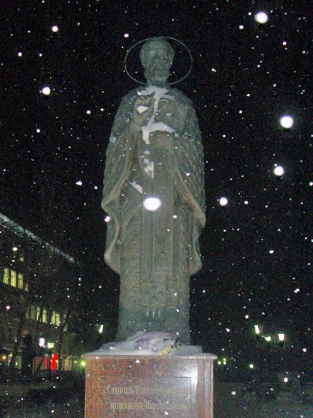 Памятник святителю Николаю на соборной площади в Перми