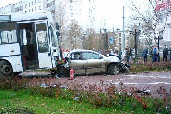 Неуправляемый автобус в Перми остановился у памятника свт. Николаю