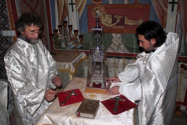 Поставление богослужебных предметов на престол в Константиновском приделе