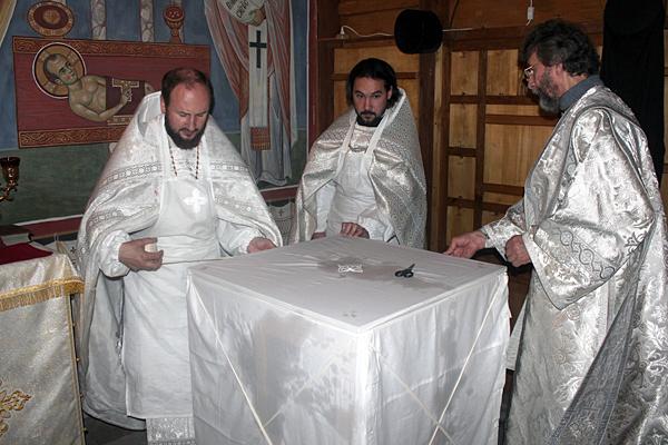 Крестообразное опоясывание престола в Константиновском приделе