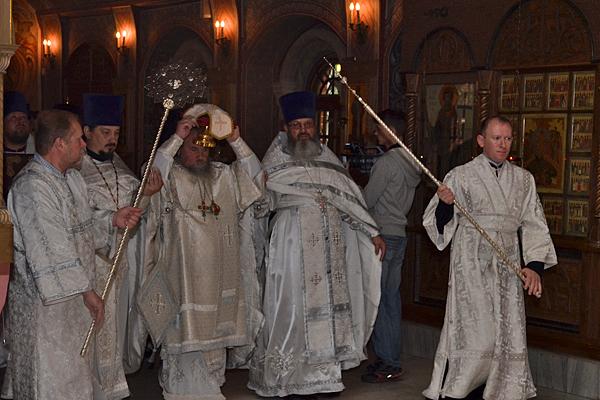 Внесение святых мощей в храм и алтарь