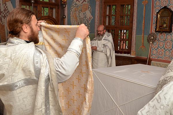 Освящение верхней одежды (индитии) и облачение престола