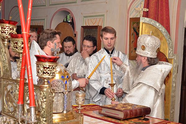 Архиерей возжигает первую свечу