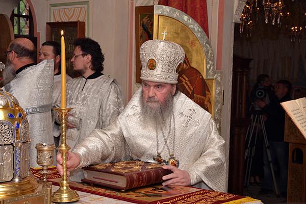 Архиерей возжигает и поставляет в алтаре первую свечу