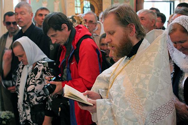 Новопосвященный иеромонах Иосиф читает молитву на отпусте