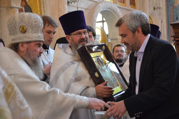 Награждение Дмитрия Малофеева представителя Фонда святителя Василия Великого