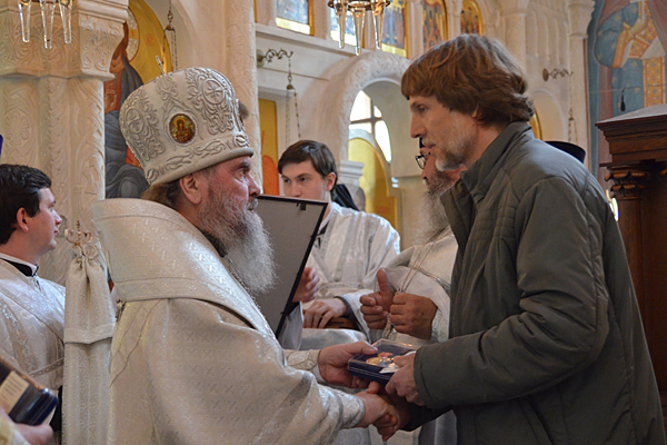 Вручение медали архитектору храма Виктору Варламову