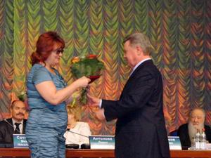 Бирюкова Е.В. получает награду от губернатора Громова Б.В.