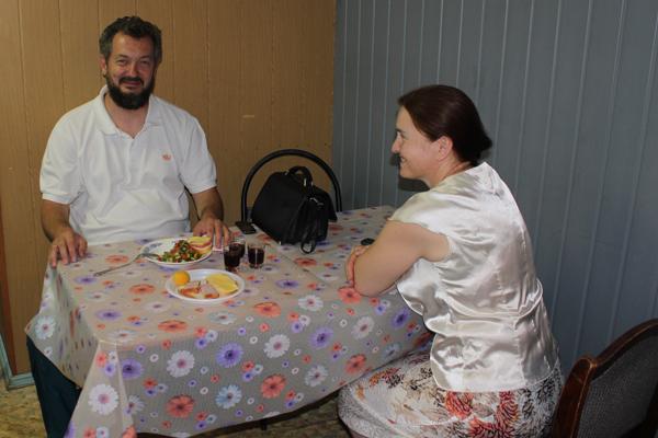 Дмитрий Михайлович Киселев и повар-волонтер Людмила Крылова