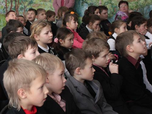Новобытовские школьники смотрят Пущинское Вертепное представление